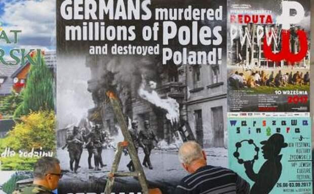 На фото: плакаты с требованием возмещения ущерба, нанесенного Германией во время Второй мировой войны, Варшава.