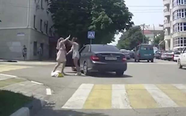 Разборки на дорогах: три девушки и Мерседес на переходе