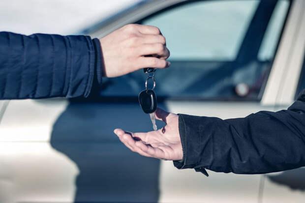 Если собственник машины окажется в салоне вместе с нетрезвым водителем, его тоже лишат прав. А если он был дома - то нет. Фото: Mahmud013 / istock