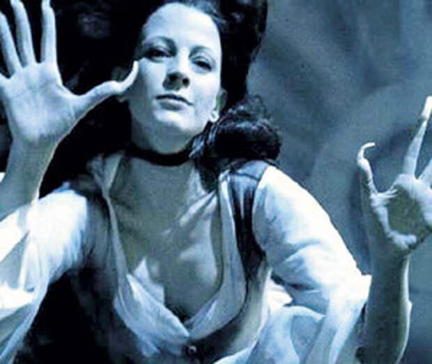 Сыграв роль Мэрил в фильме «Ведьма», актриса не раз признавалась, что в ней есть немного бесовщинки