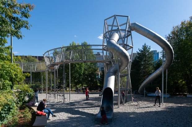 Столичные дети возвращаются на детские площадки
