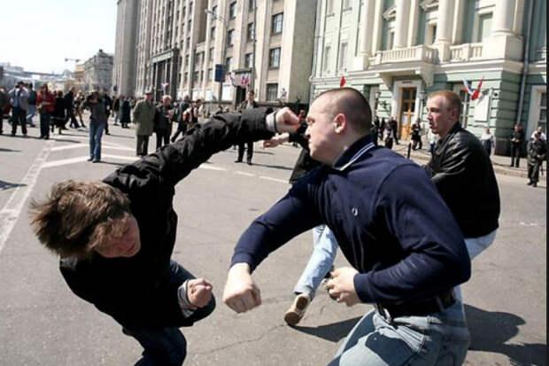 Боксер от Бога: парень защитил свою девушку поставив на место сразу трех быков