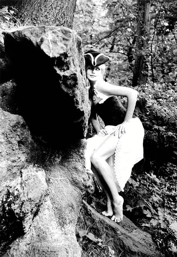 Шарлиз Терон (Charlize Theron) в фотосессии Эллен фон Унверт (Ellen von Unwerth) (1998), фото 7