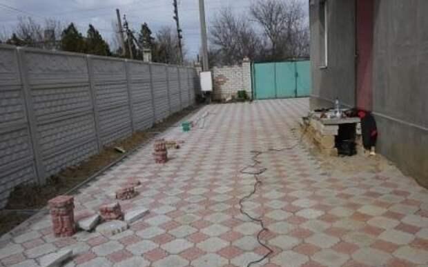 Тротуарная плитка на бетонном основании выдерживает высокие нагрузки