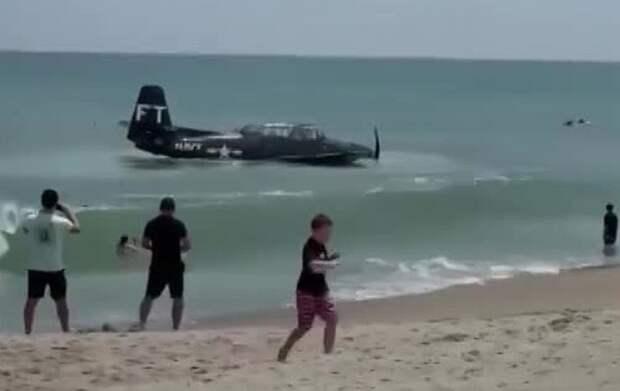 Видео посадки самолета времен Второй мировой рядом с пляжем во Флориде попало в сеть
