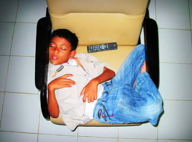 18 милых фото детей, которые могут уснуть где угодно и без мягкой подушки