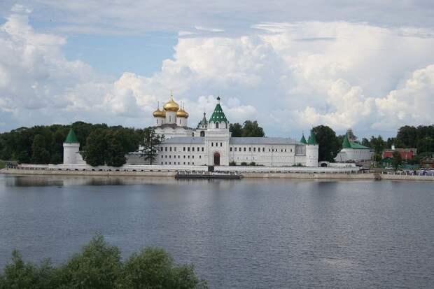 Ипатьевский монастырь. Вид со стороны старого русла реки Костромы