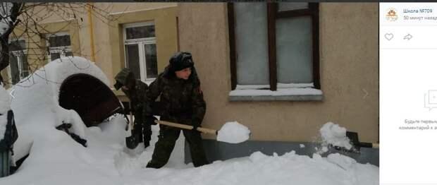 Юные кадеты в Северном продолжают акцию по уборке снега