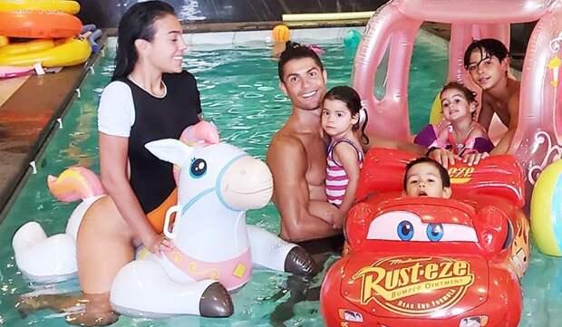 Невеста Роналду показала видео спразднования дня рождения детей футболиста
