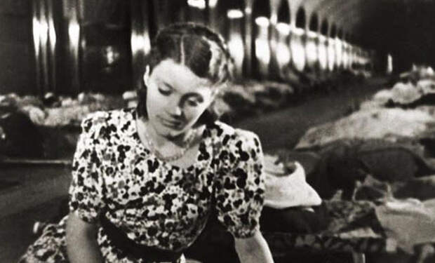 Как люди жили и работали в московском метро, когда город ждал немцев