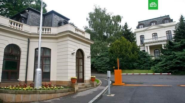 Власти Праги потребовали от российского посольства вернуть землю