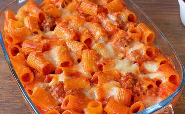 Смешали макароны с томатной пастой и ставим в духовку. Из скучного блюда сделали пирог