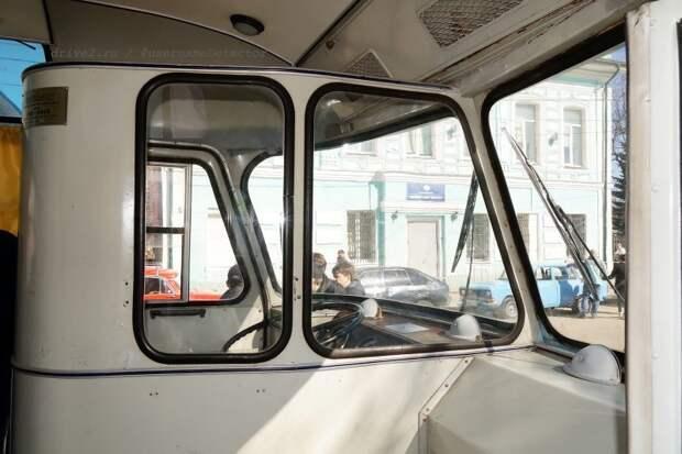 Фишка ранних-ранних ЛАЗов — глухая перегородка, доходящая до перемычки лобовых стёкол. На более поздних выпусках её подняли до потолка, но укоротили, дав водителю возможность выходить из кабины в салон ЛАЗ, авто, автобус, автомир, гагарин, космодром, лаз-695б, юрий гагарин