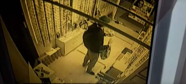 Из магазина на Щукинской мужчина украл очки