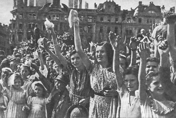 Народные гуляния в честь Победы в мае 1945 года.