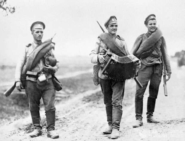 Верхнюю одежду хранить было негде, поэтому шинель всегда оставалась с солдатом / Фото: Яндекс.Коллекции