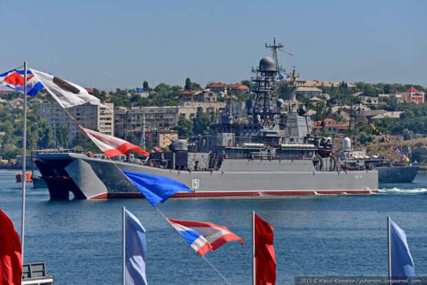 Корабли ЧФ формируют парадный строй в Севастопольской бухте