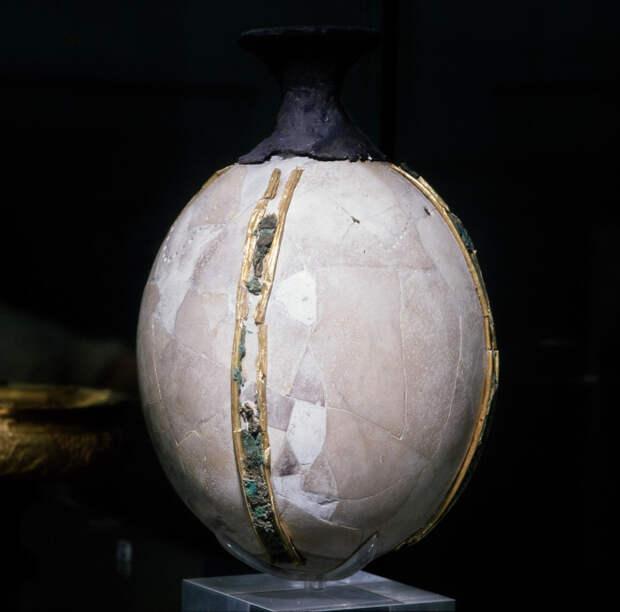 Ритон с серебряным носиком и позолоченными бронзовыми полосами, XIV в. до нашей эры.