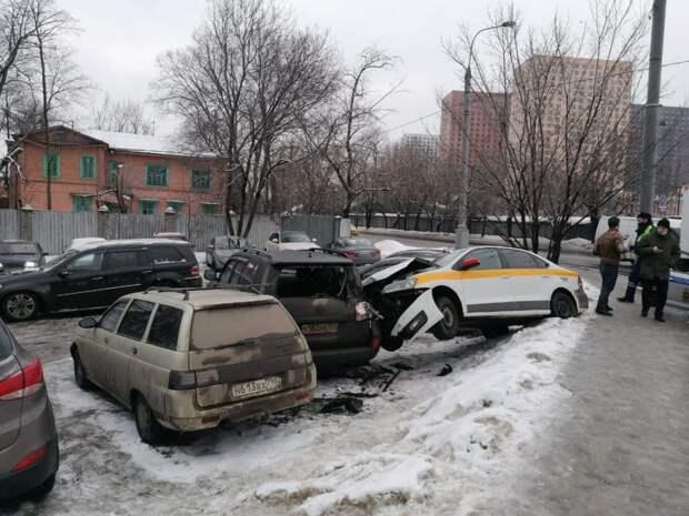 Таксист врезался сразу в три автомобиля на Нижних полях