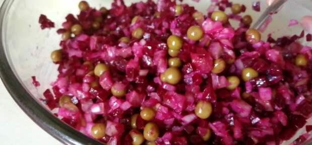Свекла + селедка = не «шуба». В салате всего 4 недорогих ингредиента, а вкус невероятный. Готовить – проще не бывает