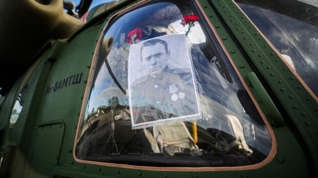 Портрет участника Великой Отечественной войны в кабине многоцелевого вертолета Ми-8АМТШ перед воздушным парадом, посвященным 75-й годовщине Победы в Великой Отечественной войне, на аэродроме в Клину, 9 мая 2020 года