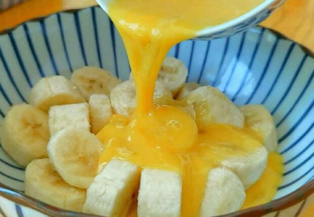 Нарезаем банан и заливаем яйцом: десерт вкуснее торта за полчаса