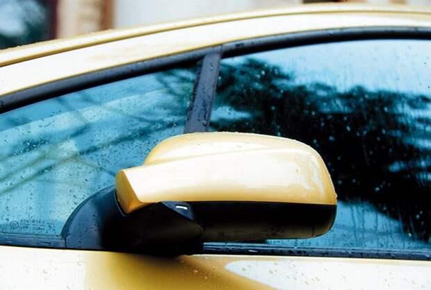 Почему никогда не нужно складывать зеркала заднего вида на парковке?