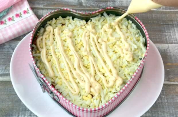 Рецепт вкусного слоеного салата с опятами и копченой курицей