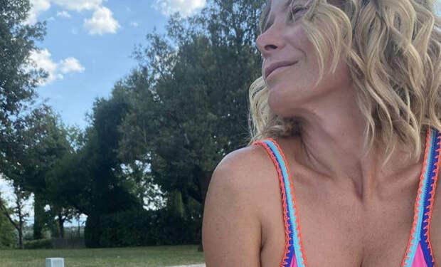 Юлия Высоцкая надела открытый купальник и выложила фотографию. Поклонники назвали его слишком смелым