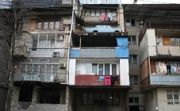 Конец эпохи: с тбилисского балкона спустили старый автомобиль, простоявший там 27 лет авто, балкон, ваз 2106, видео, грузия, спуск авто, тбилиси