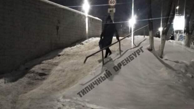 Соцсети: в Оренбурге пешеходный спуск на пр. Гагарина превратился в снежную горку