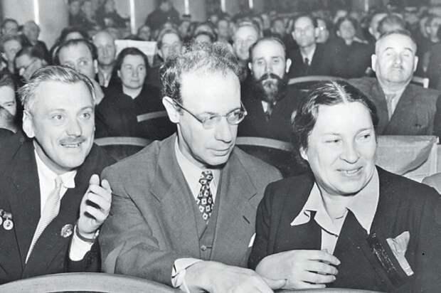 Агния Барто с коллегами.