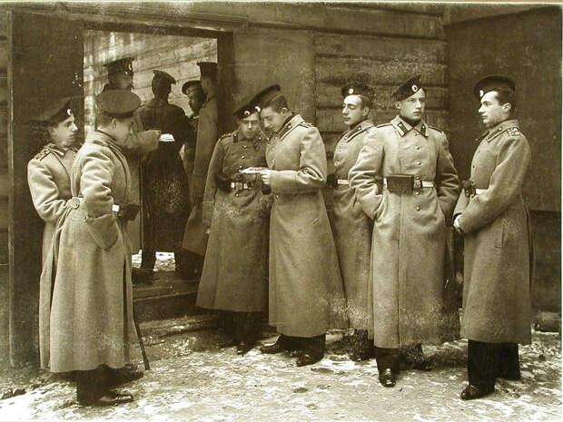 34. Группа старших воспитанников перед помещением тира