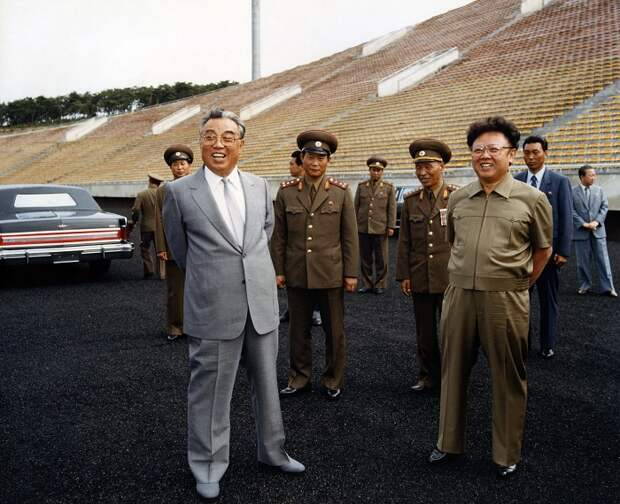 Ким Ир Сен и его сын, Ким Чен Ир на открытии стадиона в Пхеньяне / Источник: crop.kaleva.fi