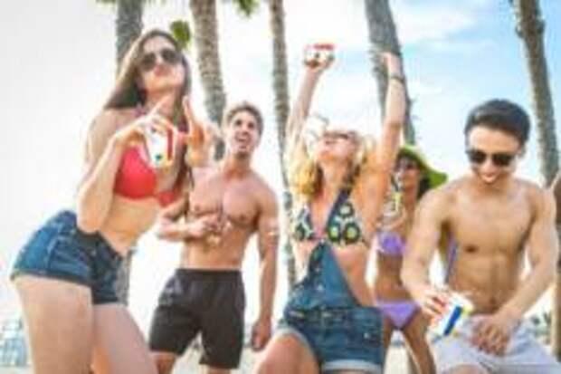 Россияне рассказали, как много они пьют на отдыхе