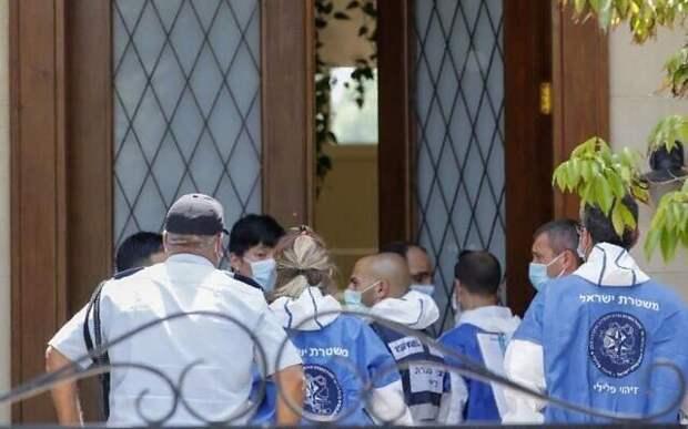 Израильские эксперты перед резиденцией посла КНР