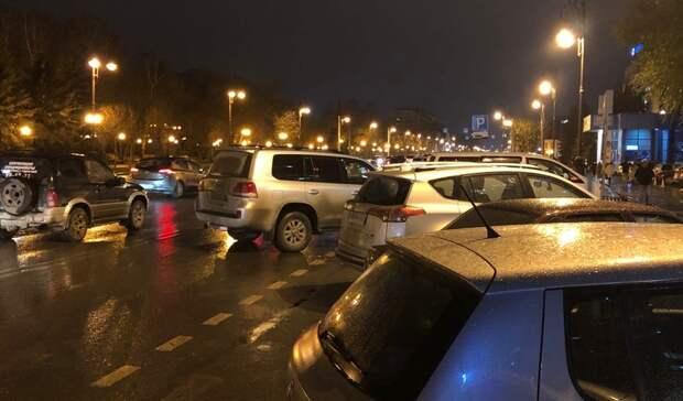 Вцентре Тюмени уГазпрома автохам наToyota перекрыл автобусную полосу вчас пик