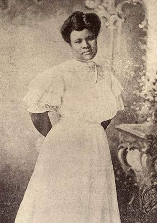 Сара Уокер (Sara Woker) - первая чернокожая женщина-миллионер - изобрела средство для выпрямления волос. В комплекте со стальным гребнем оно подарило цветным женщинам возможность сделать себе прическу белого образца.