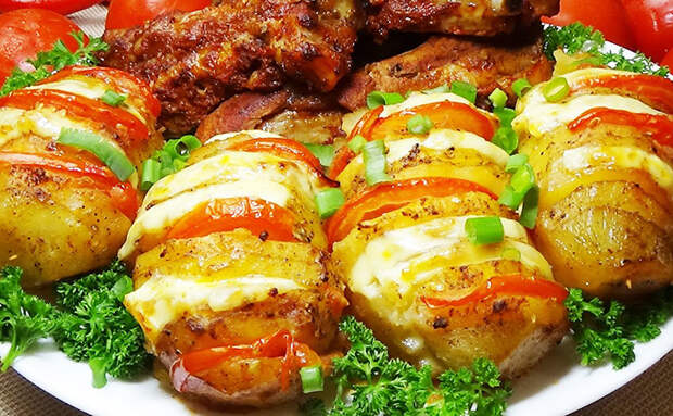 Начиняем картошку сыром и помидорами. Становится сочно и про мясо не спрашивают