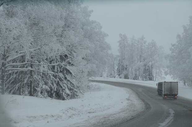 Жителей Удмуртии предупредили об опасности на дорогах из-за снегопада