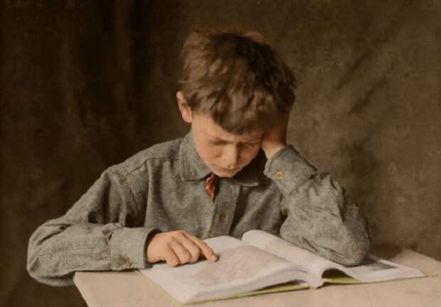 Ребенок за чтением книги, Америка, 1924 год.
