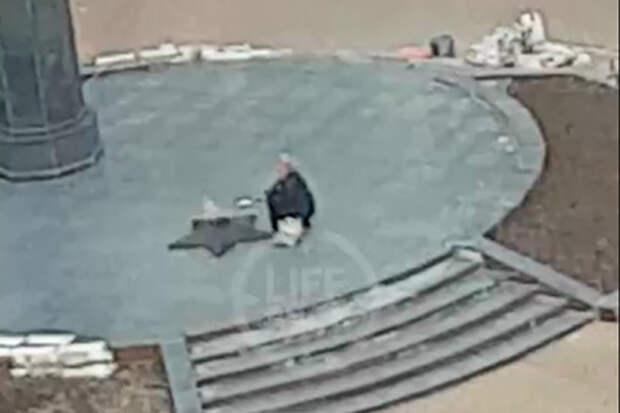 Россиянка пожарила яичницу на Вечном огне у мемориала «Скорбящая мать»