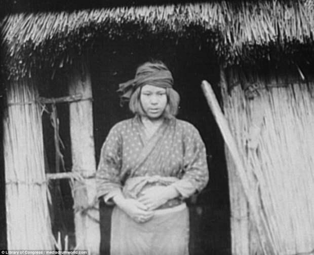 Женщина у хижины айны, история, народ, фотография