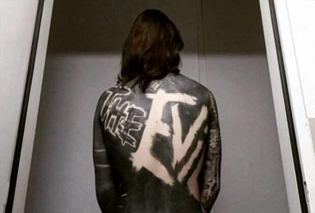 Парень покрыл все своё тело чёрной татуировкой