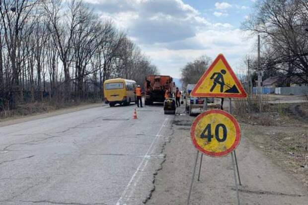 Первые километры региональных трасс отремонтировали в южных районах края