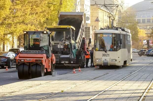 Новый асфальт на улице Мичурина в Новосибирске уложат к концу недели