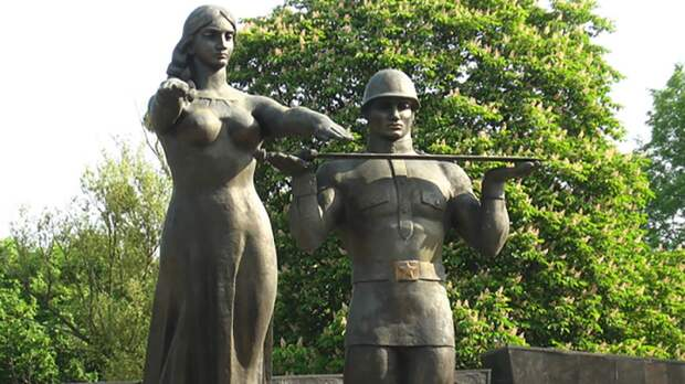 Власти Львова издеваются над Монументом Славы накануне Дня Победы