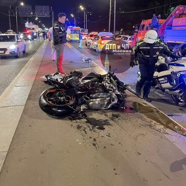 На Волоколамке у мотоцикла оторвалось колесо и полетело в такси
