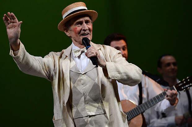 Игорь Ясулович в роли Фесте, шута Оливии в сцене из спектакля «Двенадцатая ночь» на сцене театра имени Пушкина в Москве.