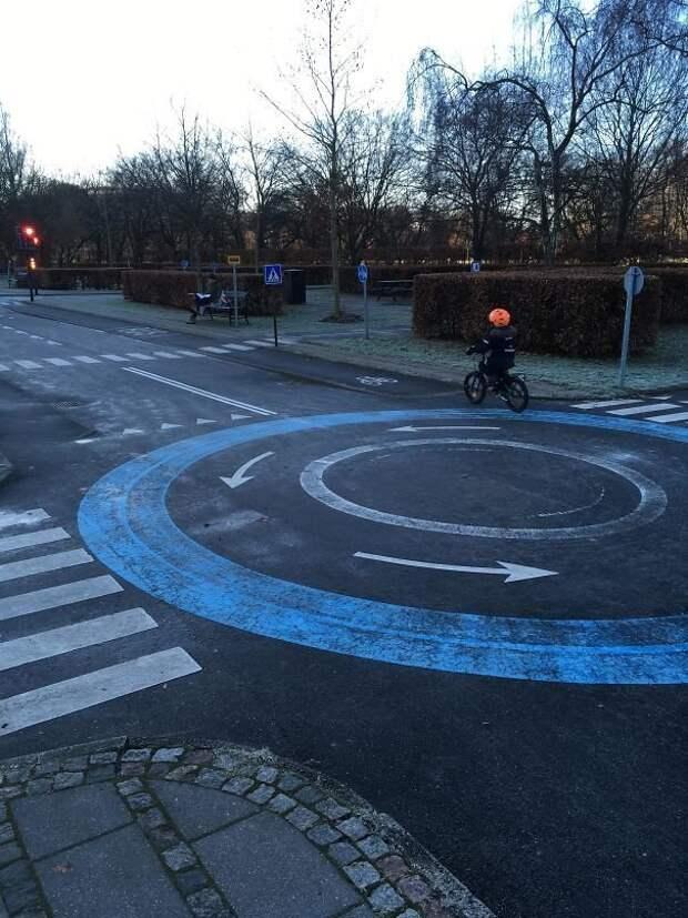 Учебная площадка для маленьких велосипедистов в Копенгагене. Здесь дети учатся соблюдать правила движения перед тем, как выехать на улицы идеи, необычно, нестандартно, нестандартные идеи, оригинально, оригинальные решения, проблемы, решения